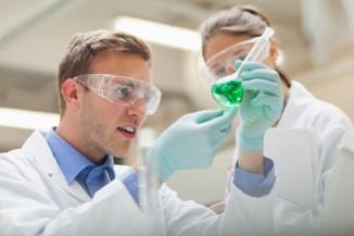 Wissenschaftler mit grüner Substanz