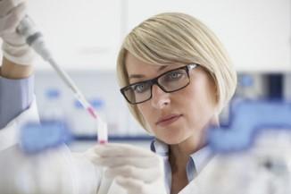 Laborantin mit violetter Substanz